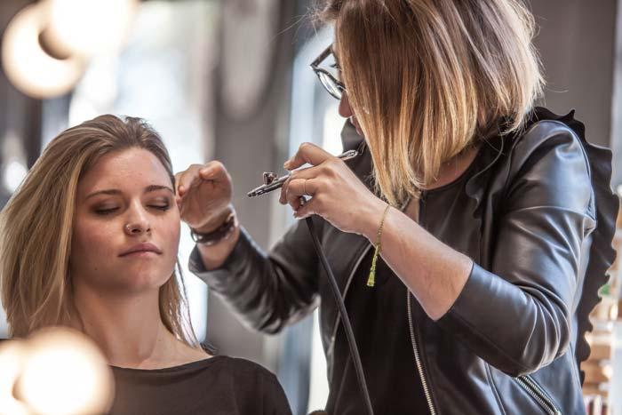 Celeste Capafons maquillando con aerógrafo a una clienta